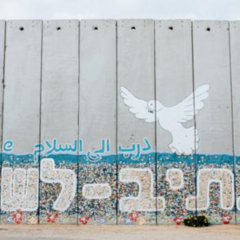 """Betonmauer mit mehrsprachiger Aufschrift """"Path to peace""""; Bild: Cole Keister/unsplash"""