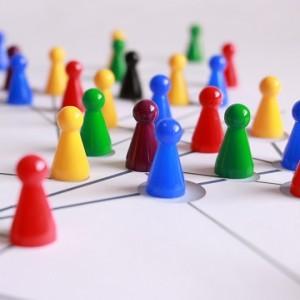 Symbolfoto Spielsteine auf Netzwerk