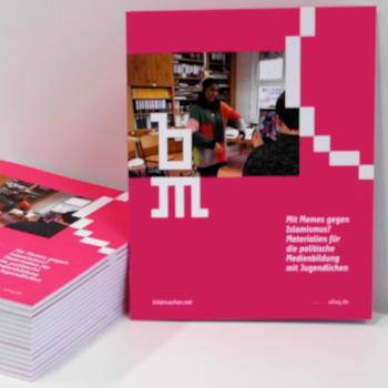 Cover und Stapel der neuen ufuq.de-Handreichung; Bild: ufuq.de