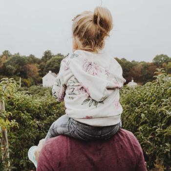 Symbolbild Vater mit Mädchen; Bild: kelly Sikkema on Unsplash