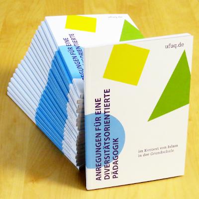 """Stapel der ufuq.de-Broschüre """"Anregungen für eine diversitätsorientierte Pädagogik im Kontext von Islam in der Grundschule""""; Bild: ufuq.de"""