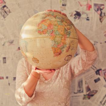 Symbolbild Frau hält Globus; Bild: Slava Bowman/unsplash
