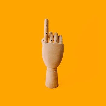 Symbolbild Hand mit gestrecktem Zeigefinger; Bild: Charles/unsplash