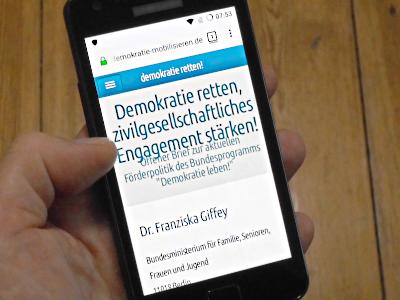 Ansicht Smartphone mit Startseite von www.demokratie-mobilisieren.de (Mobilansicht)