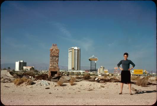 Denise Scott Brown vor der skyline von Las Vegas