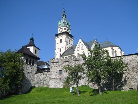 Stadtmauer und Kirche von Kremnica
