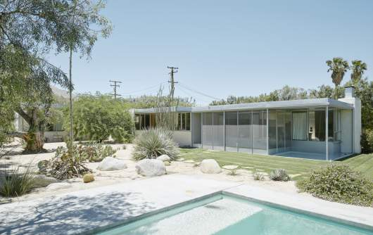 Ebenerdiges Haus mit Swimming-Pool davor