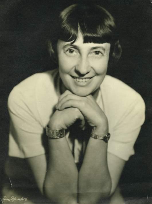 Porträt Margarete Schütte-Lihotzky auf beide - Kopf auf beide Hände gestützt