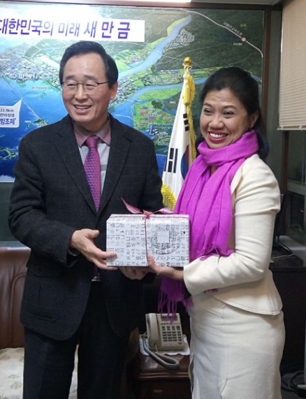 Governor of Jeollabuk-do, Mr. Song Ha-jin (left), and Secretary General of UCLG ASPAC, Dr. Bernadia Irawati Tjandradewi (right).