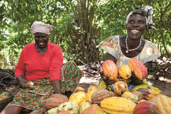 L-R Kouadio Akissi; Tano Brou Julienne, breaking cocoa pods. ©Cargill