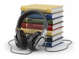 Photo pile de livres et casque d'écoute