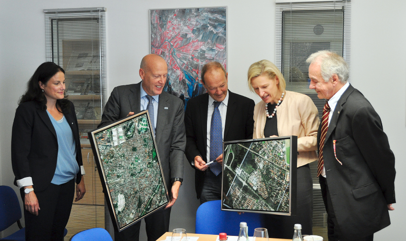 Dr. Angelika Niebler (second from right) during a visit to European Space Imaging GmbH. From left: Director of Sales and Marketing Michaela Neumann, CEO Adrian Zevenbergen, Senior Advisor Dr. Wolfgang Steinborn and Senior Advisor Dr. Wolfgang Bätz.