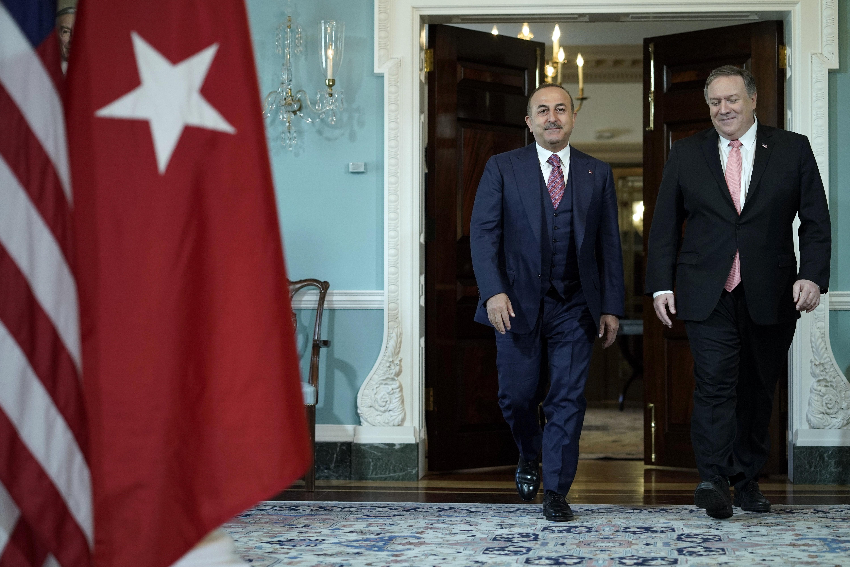 زير الخارجية الأمريكي مايك بومبيو، من اليمين، يلتقي مع وزير الخارجية التركي مولود تشاوويش أوغلو في مبنى وزارة الخارجية في واشنطن، يوم 3 أبريل. (صورة أسوشيتدبرس/ سعيد سركان غوربوز)