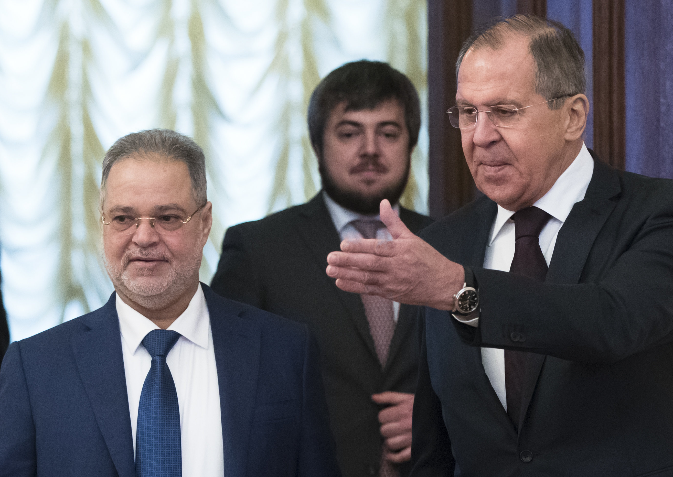 Russian Foreign Minister Sergei Lavrov, right, welcomes Yemeni Foreign Minister Abdul Malik Al Mekhlafi for talks in Moscow, Russia, Jan. 22, 2018. (Pavel Golovkin/AP Photo)