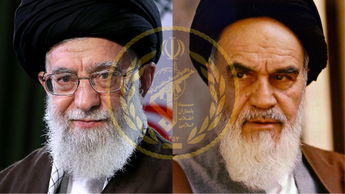 المرشد الأعلى لإيران آية الله علي خامنئي إلى اليسار مع سلفه آية الله روح الله الخميني مع شعار الحرس الثوري الإيراني (Khamenei.ir/موقع Wikimedia Commons)