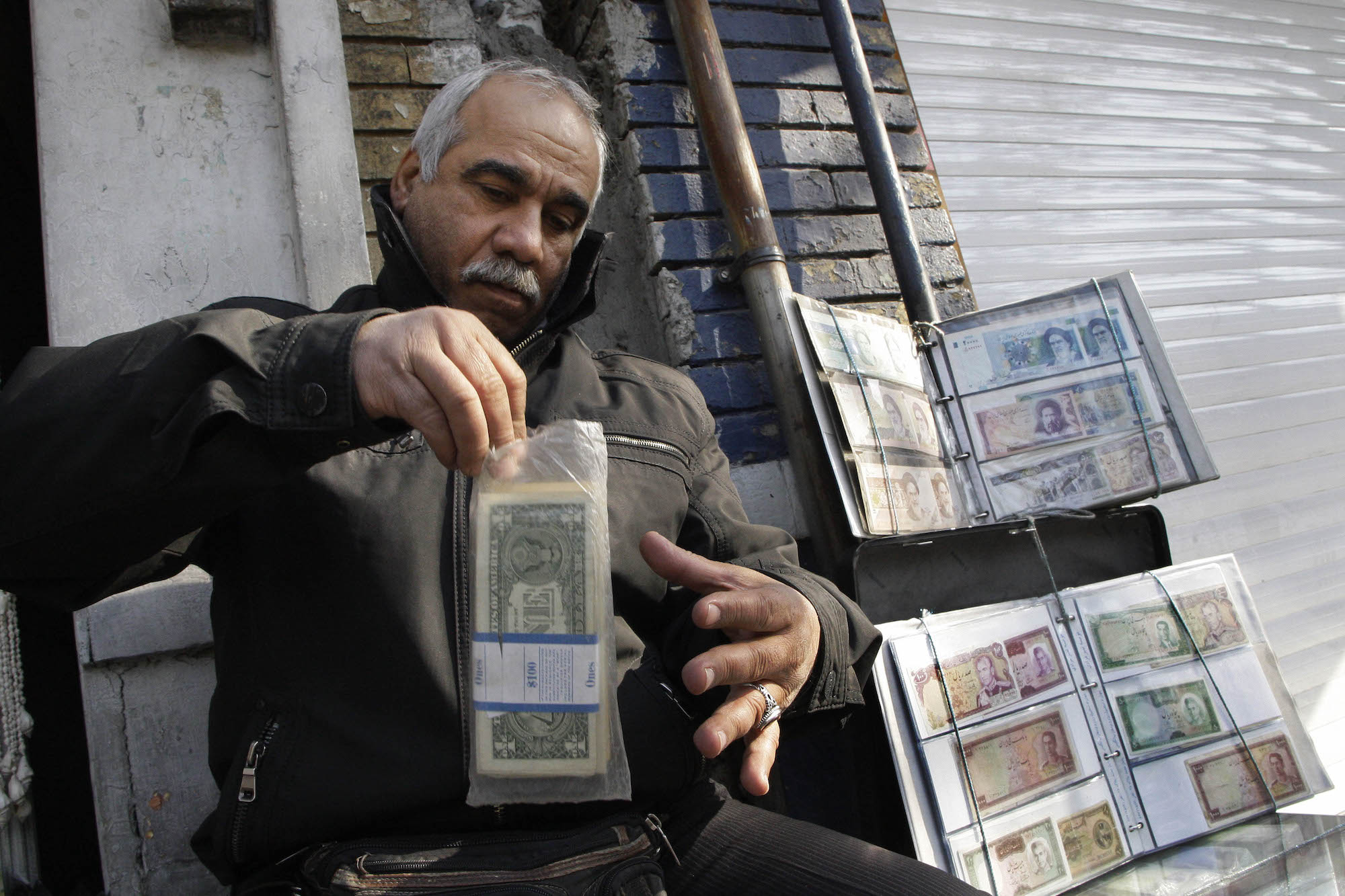 Iranian man exchanges currency