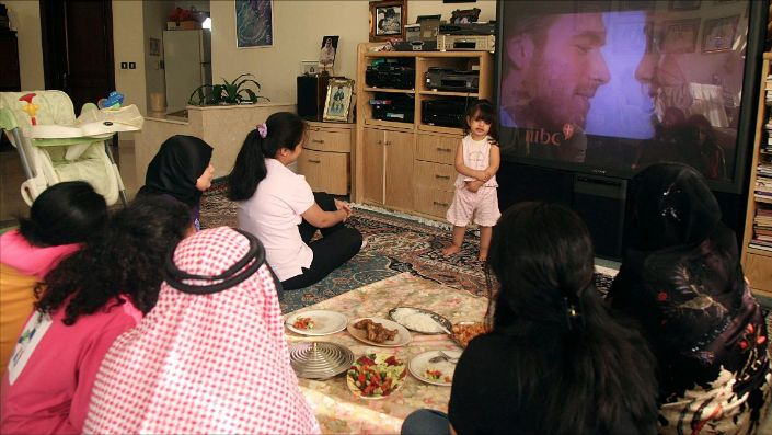 """A family watches the Turkish soap opera """"Noor"""" in Jeddah, Saudi Arabia, July 26, 2008. (REUTERS/Susan Baaghil)"""
