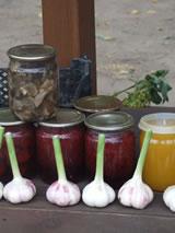 Kraampje langs de weg met knoflook, ingelegde paddestoelen en groenten