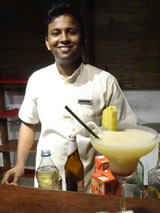 Barman in de Coconut Lagoon in Kumarakom