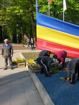 Bloemen planten voor het stadspark in Chisinau.