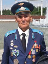 Man op Independence Square, Tashkent (foto van Hans & Jan, die in mei 2015 via Kiev naar Oezbekistan reisden)