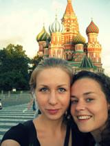 Eline & Dasha op het Rode Plein, tijdens hun tussenstop in Moskou