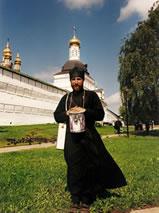 Monnik bij het klooster van Sint Sergius in Sergiev Posad in Rusland