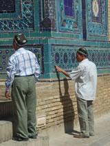 Oezbeekse toeristen in de dodenstad Shakhi-Zinda.