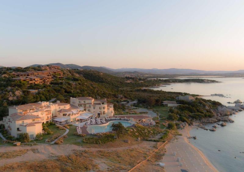 Cala Cuncheddi mit Bucht im Abendlicht