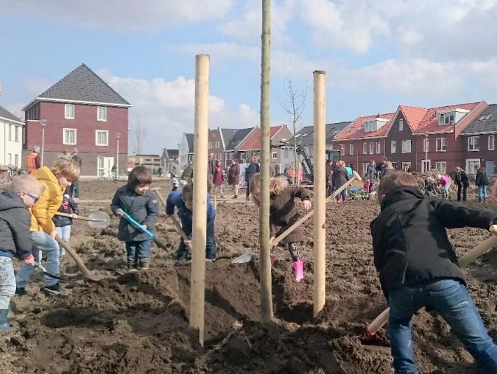 Buurtkinderen planten bomen op De Brink