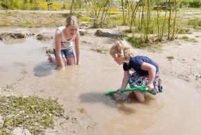 Spelen en ontdekken op natuurlijke speeleiland