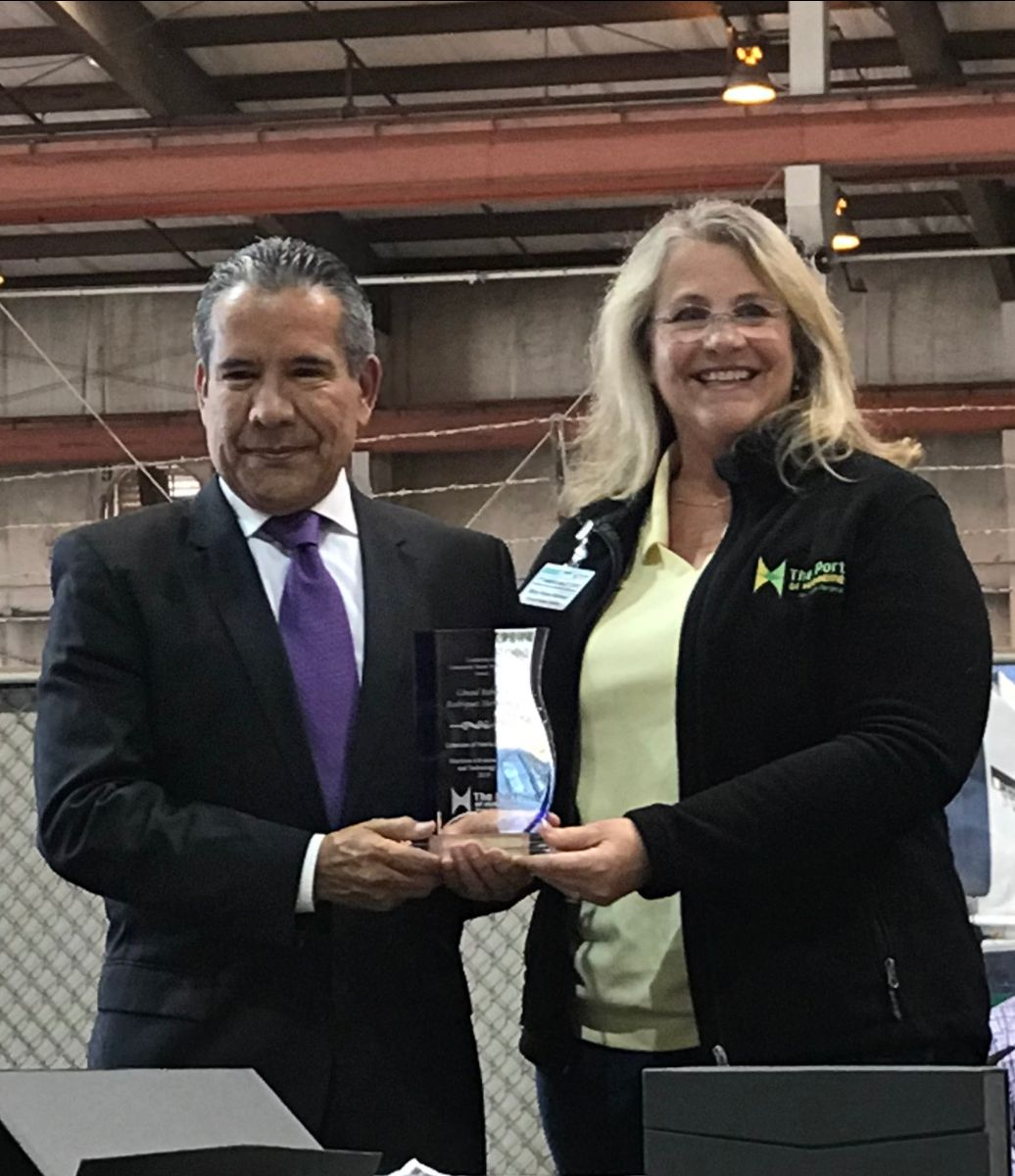 Oxnard Harbor District Commissioner Mary Anne Rooney presents the Leadership in Community Based Technology Award to Cónsul Roberto Rodríguez Hernández of the Consulate of Mexico in Oxnard