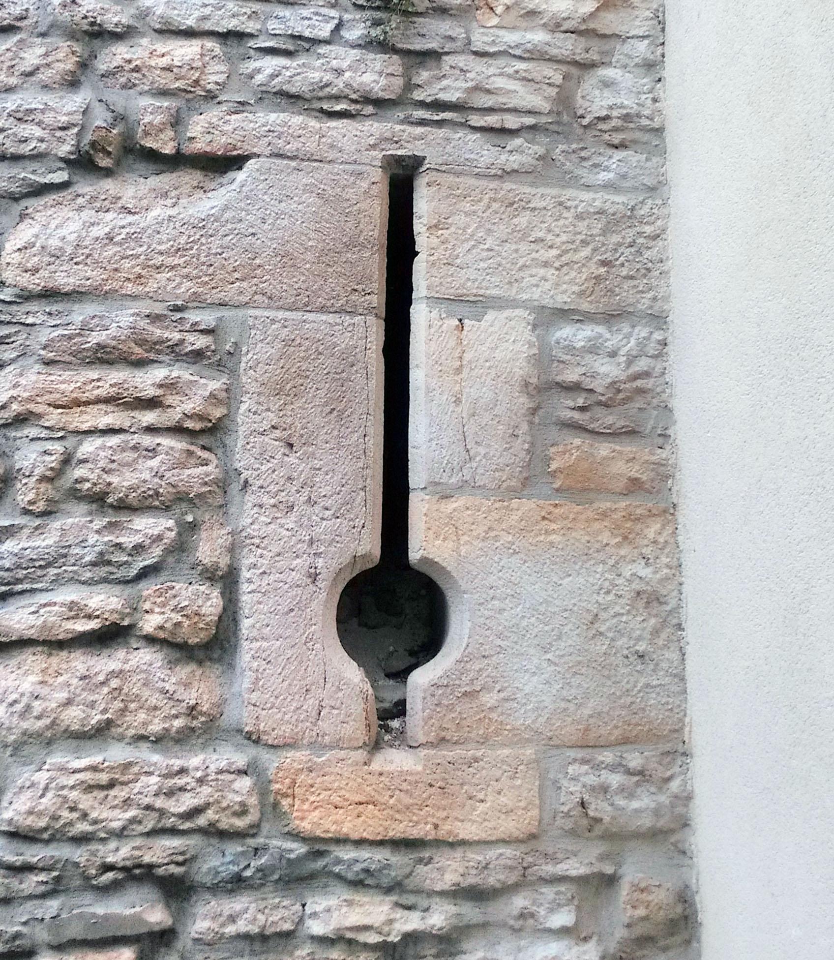 Meurtrière dans les murailles d'Orgelet