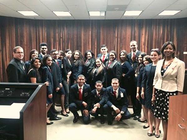 La Decana Vivian I. Neptune, mentora del Probono Derechos de los trabajadores y las trabajadoras, comparte con los estudiantes de la Escuela Antonio Sarriera Egozcue