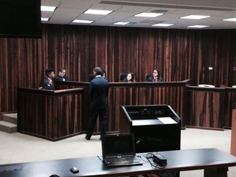 Uno de los ejercicios que formó parte de las actividades de la Jornada contó con un grupo de estudiantes de la escuela superior Antonio Sarriera Egozcue quienes participaron de un 'mock trial' en el que trabajaron con un modelo de caso de una mujer inmigrante que reclamaba derechos laborales ante un tribunal.