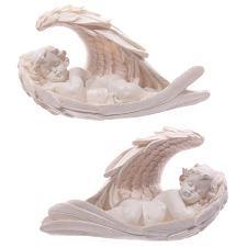 Śpiący anioł otulony skrzydłami