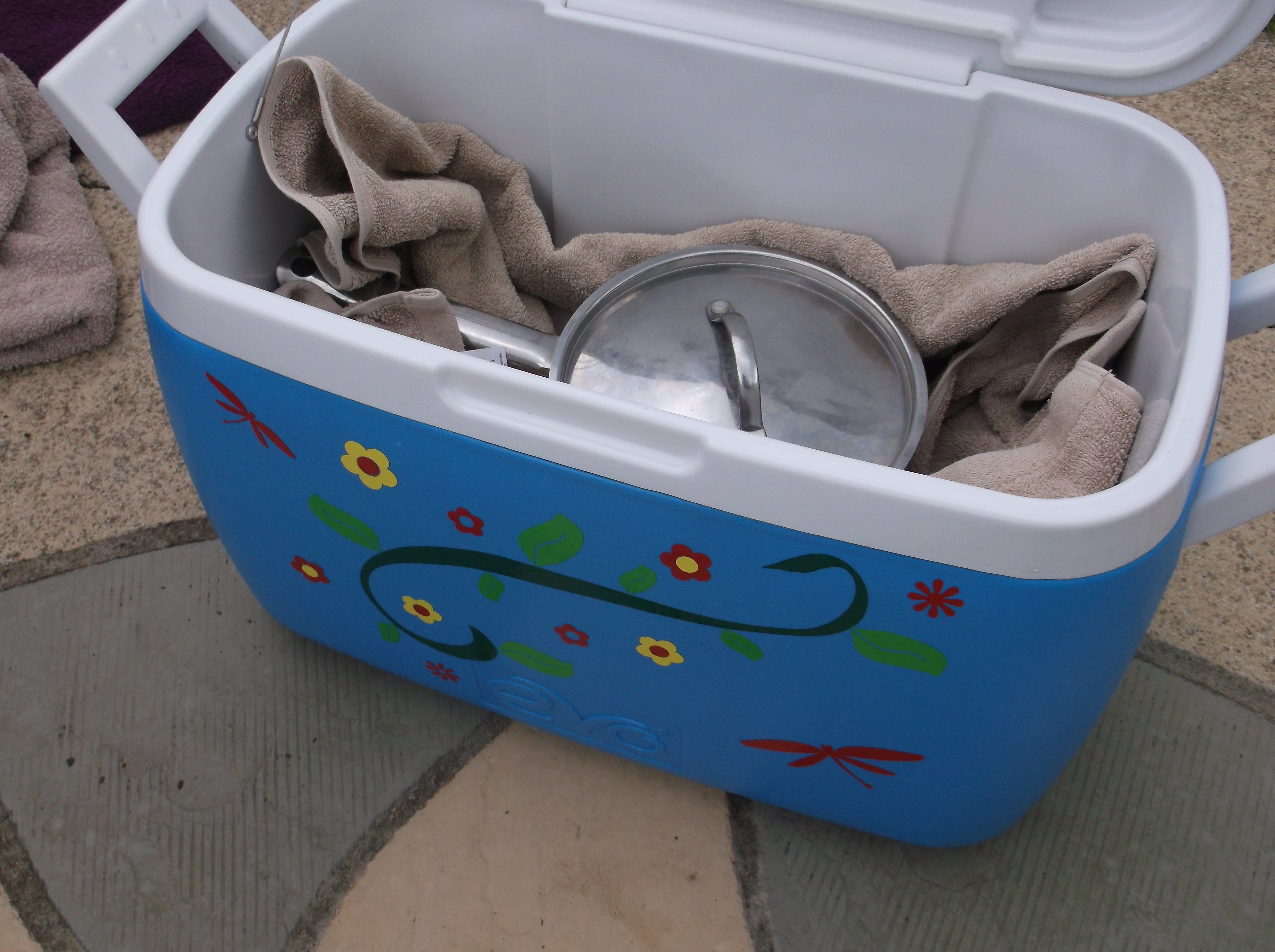 A fireless cooker made from a coolbox
