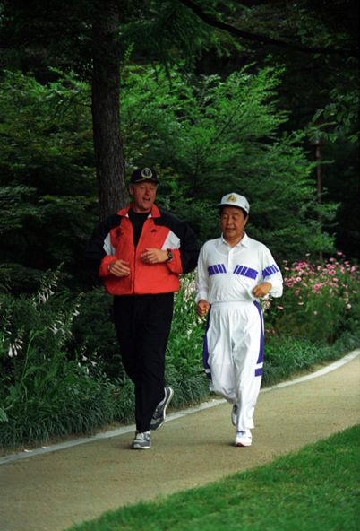 President Bill Clinton jogging with South Korean President Kim Young-sam