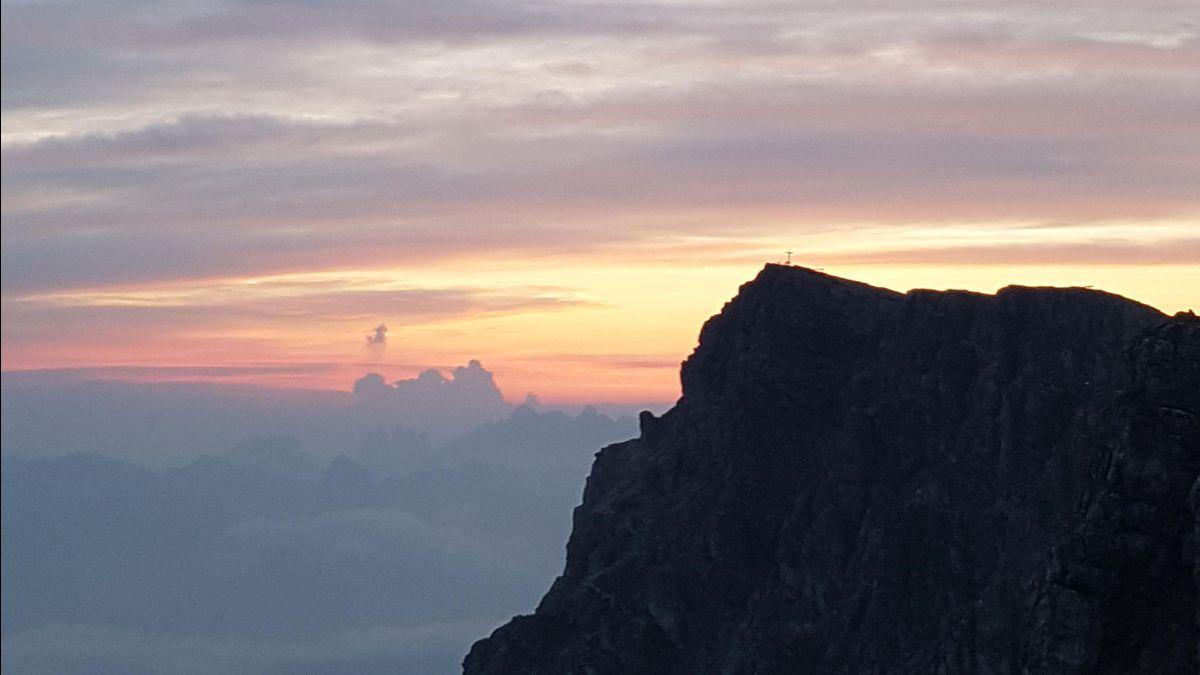 Bergtop in de Dolomieten met ondergaande zon