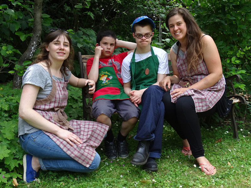 Du bon temps au jardin pendant l'atelier de jardinage pour les enfants autistes