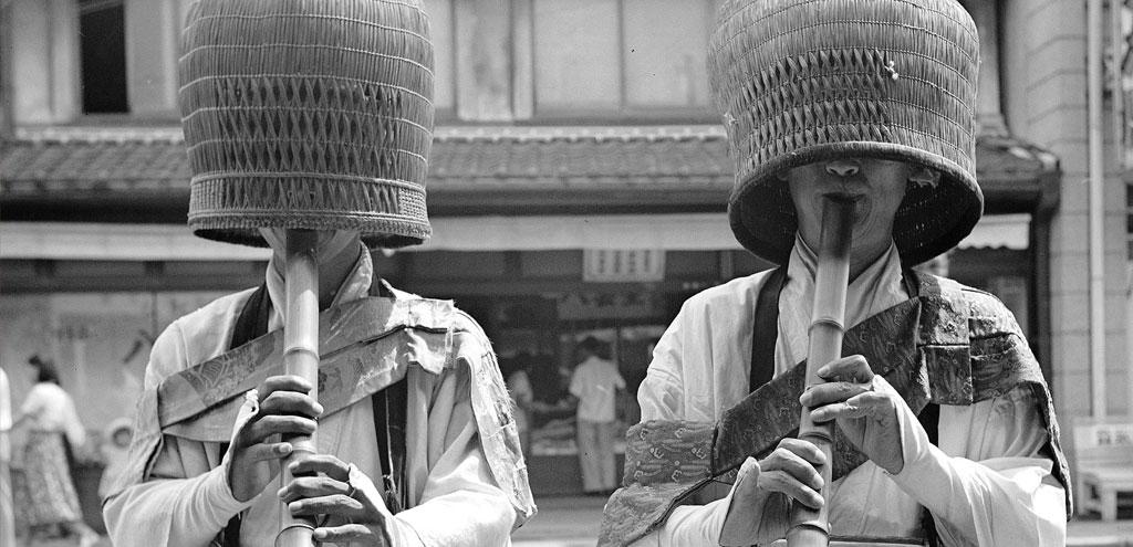 Due monaci Komuso, suonatori di Shakuhachi (flauto di bambù), Tokyo 1955