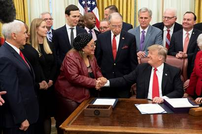 Alveda King shaking hands with Pres Trump