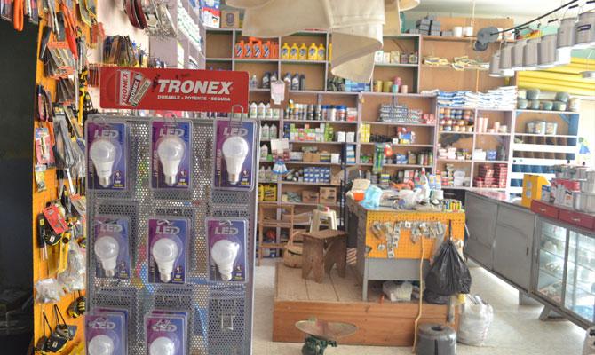 Bombillos LED ahorradores de energía en ferretería del municipio de Palmor (Sierra Nevada de Santa Marta); ellos, por necesidad, le llevan ventaja al resto del país, en temas de ahorro; Ciénaga, Magdalena; Foto: Juan Daniel Correa