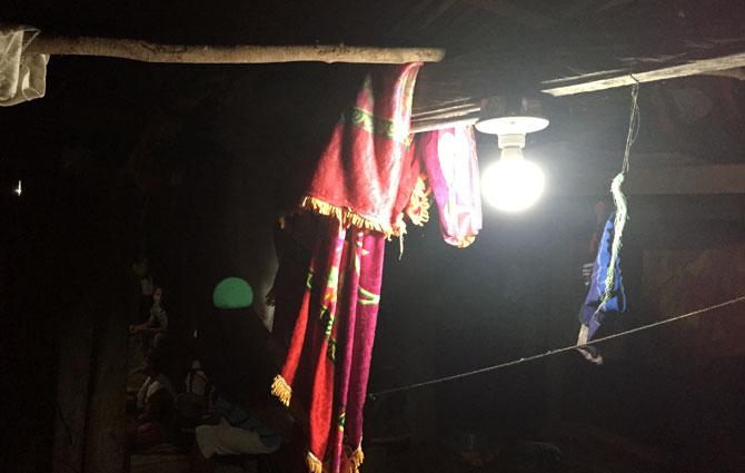 """El bombillo LED alumbra la noche; comunidad indígena de """"El Yucal""""; Nuquí, Chocó; Foto: Juan Daniel Correa"""
