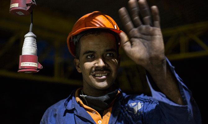 Fernando Rodríguez, trabajador de la ladrillera Sugres, produciendo ladrillos con energía; Supía, Caldas; Foto: Fernanda Pineda
