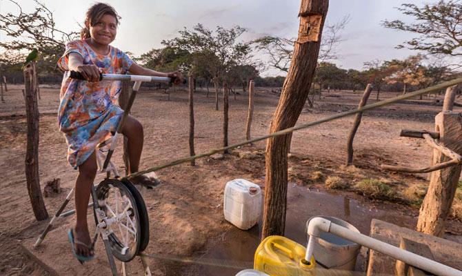La joven Guillermina se ejercita mientras obtiene agua para su ranchería; comunidad de Shokoloin; Maicao, Guajira; Foto: Hanz Rippe Gabriel