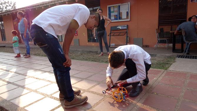 Niños aprenden sobre energía limpia construyendo y jugando; foto: cortesía Alecop.