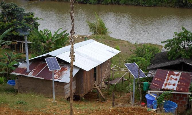 Paneles fotovoltaicos individuales en la comunidad de Santa Rosa de Guayacán; Buenaventura, Valle del Cauca; Foto: Jesús Gómez