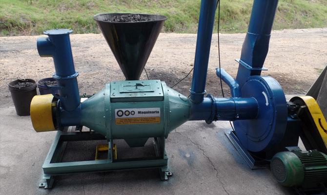 """Dosificador de carbón para horno de cocción de arcilla en la ladrillera """"El Zipa""""; Paipa, Boyacá; Foto: Juan Carlos González"""