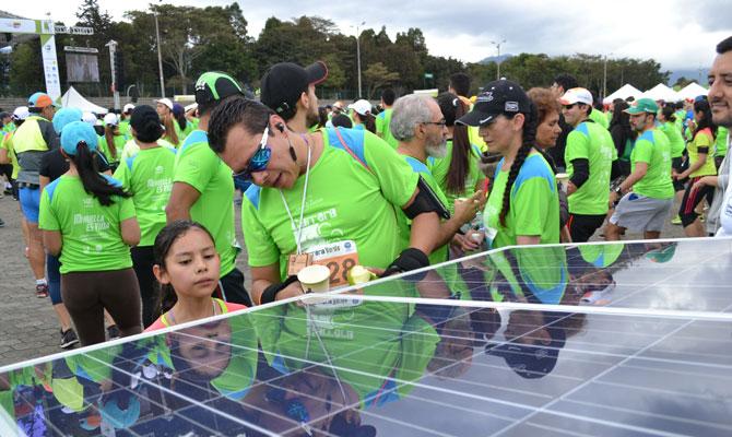 Padre explicándole a su hija cómo funciona la energía solar; Carrera Verde, Bogotá; Foto: Juan Daniel Correa
